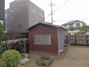 劣化した納屋の屋根