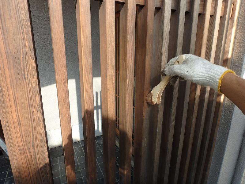 玄関木部を防腐剤入り塗料で塗装