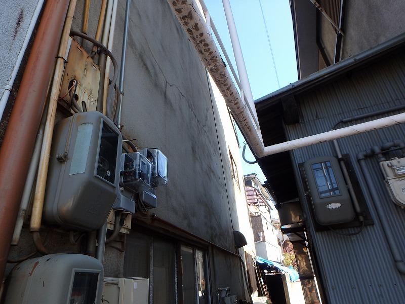 外壁塗装前の店舗ビル側面