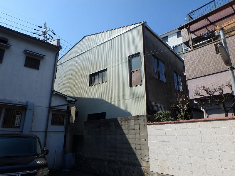 外壁塗装後の店舗ビル背面