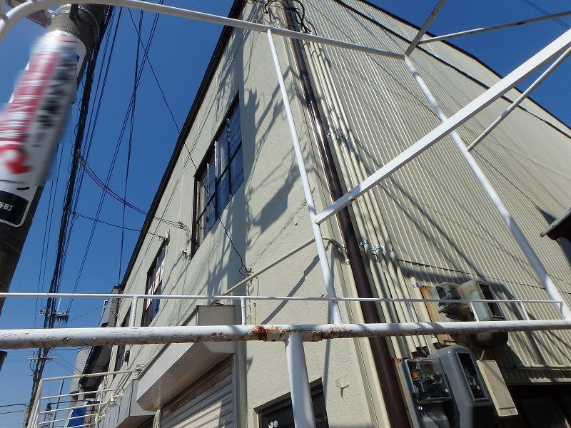 外壁塗装後の店舗ビル裏側