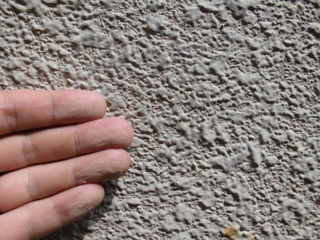 チョーキング現象(壁を触ると手に粉のようなものがつく)
