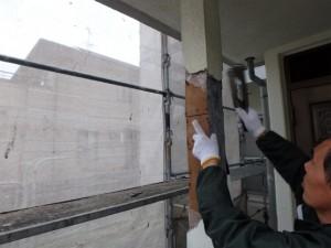 柱モルタルを撤去、防水シートを貼りモルタル補修