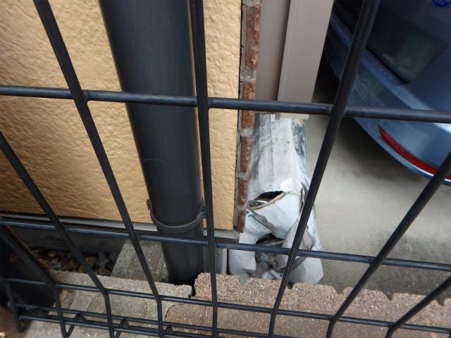 タイルと外壁の隙間が開いている状態(工事前)