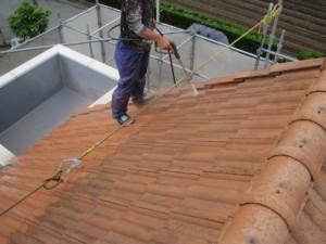 高圧洗浄中(屋根塗装前)