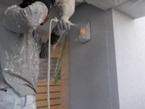 塗装中の様子(外壁の模様吹付仕上げ)