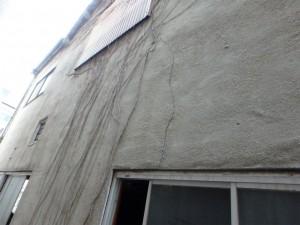 モルタル壁が全面浮き状態