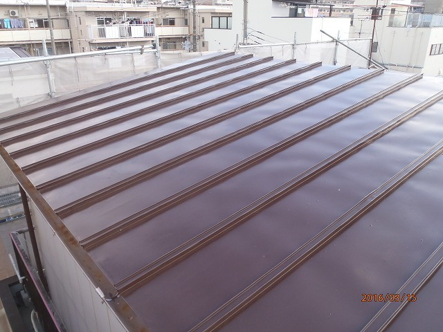 物置のトタン屋根を防水塗装