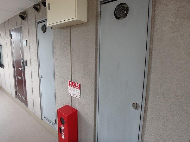 塗装前のマンション廊下扉