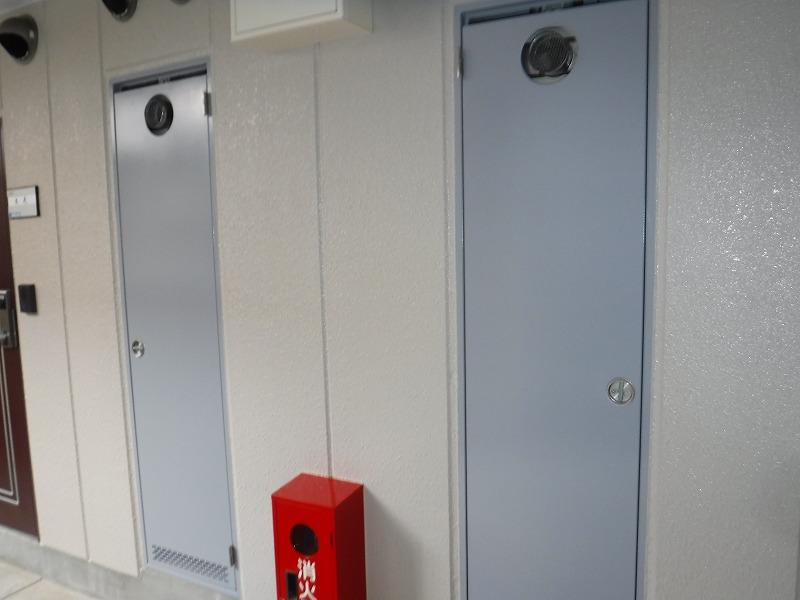 塗装後のマンション廊下扉塗装後の笠木