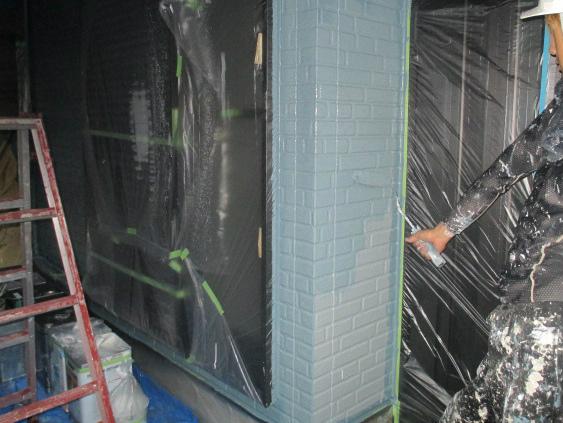 外壁の上塗りをしている