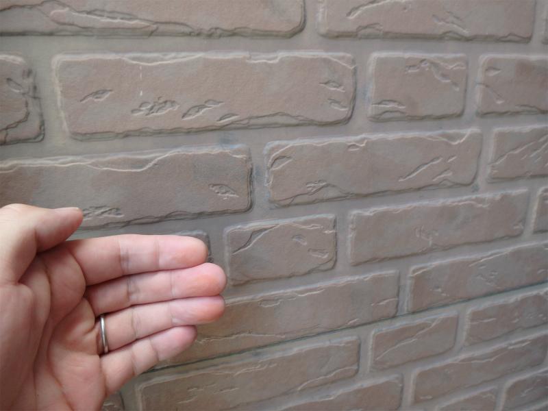 外壁を触ると手に粉が付く状態