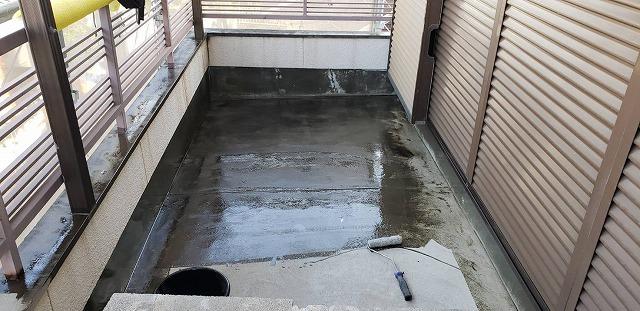 ウレタン防水の工程であるプライマー塗り