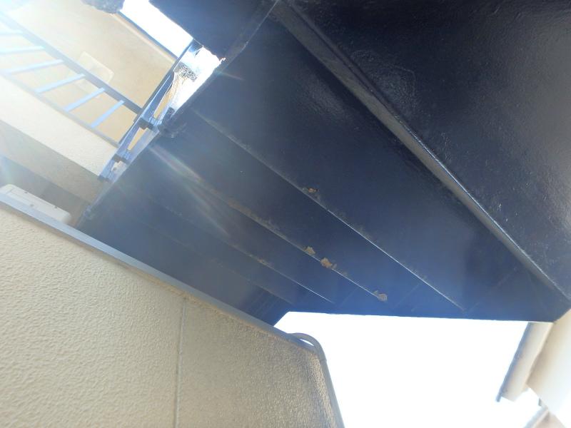 階段裏の塗装