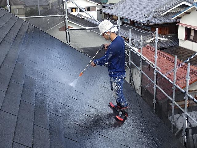 ミサワホームの屋根を高圧洗浄している様子