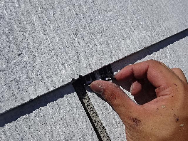 下塗り後に縁切りとしてタスペーサーを挿入