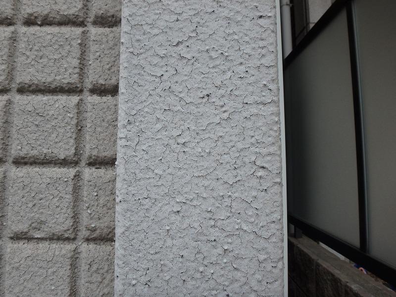 割れた外壁塗膜