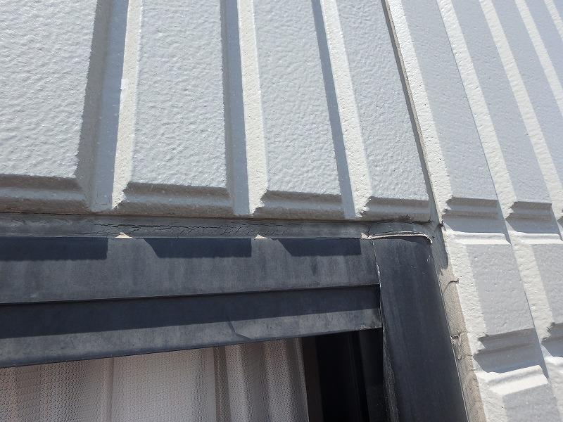 雨漏りしている窓枠のコーキング