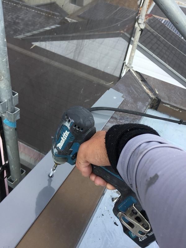 屋上防水の端部金物のビス留めの様子