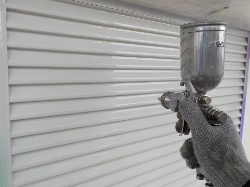 雨戸を吹付塗装