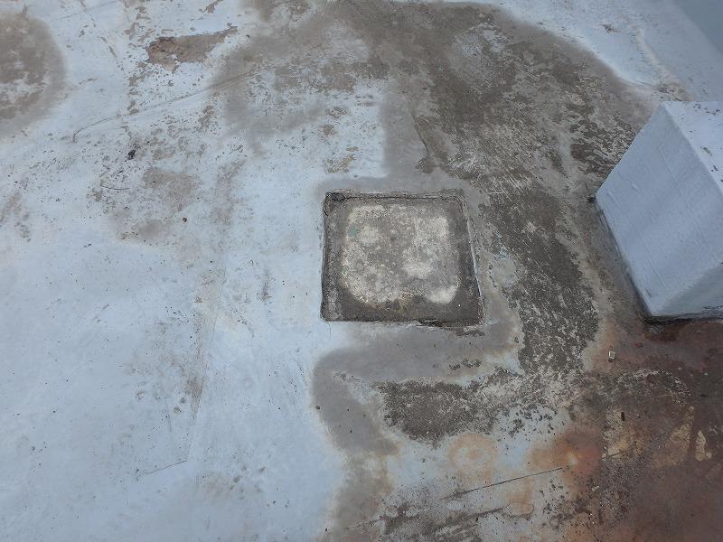 屋上防水の下地処理をする前の手摺の跡