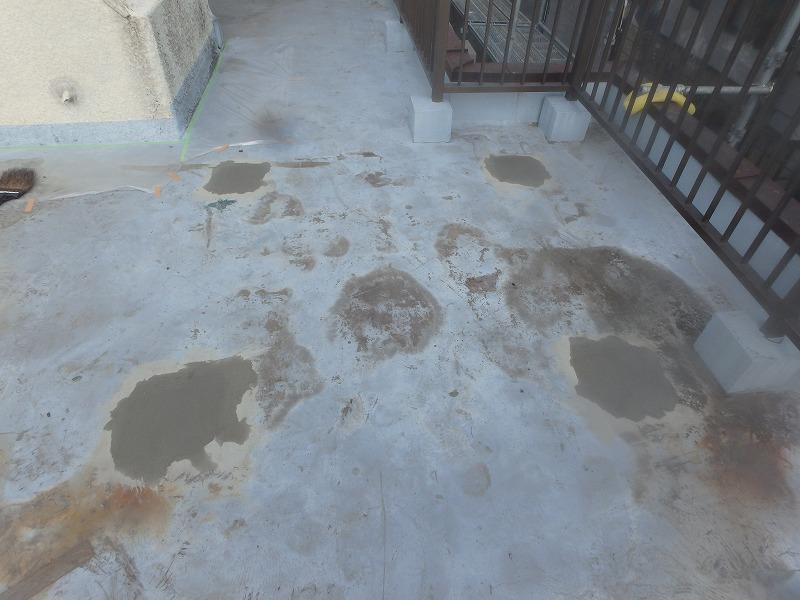 屋上防水の下地処理をセメントで行った床