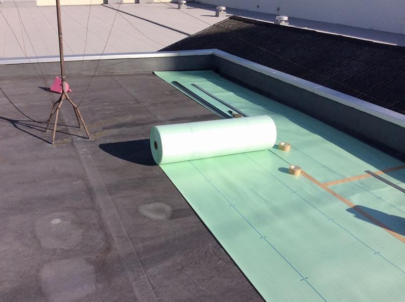 塩ビシート防水の絶縁シートを敷きます
