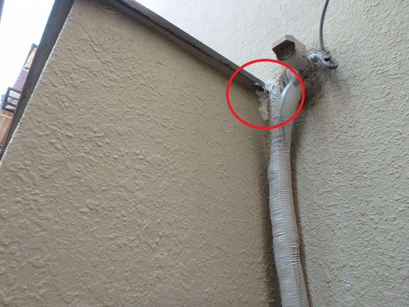 屋外からの雨漏り箇所をコーキング