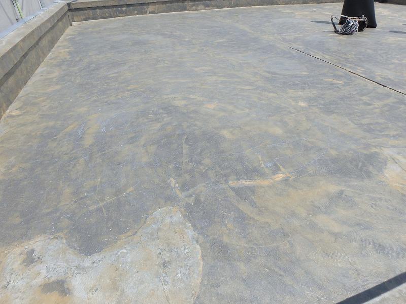 屋上の下地にプライマー塗布
