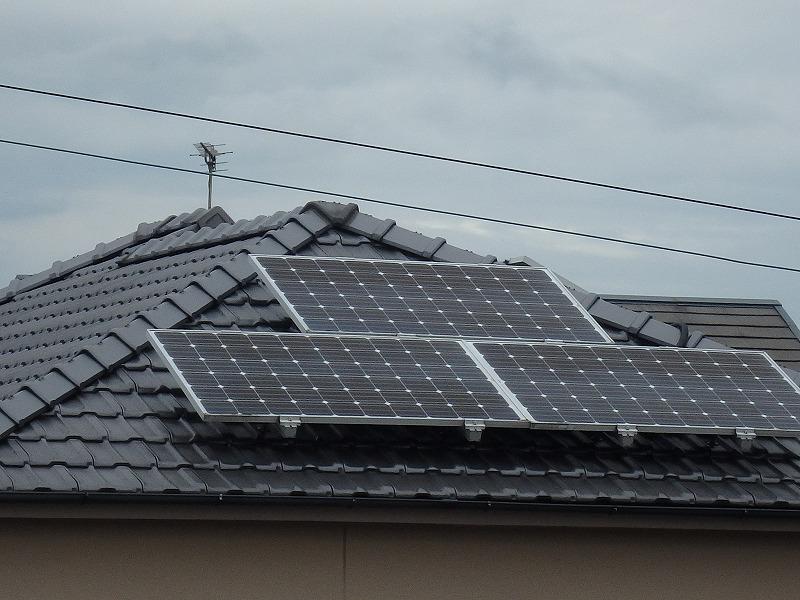 ソーラーパネルの載ったセメント瓦