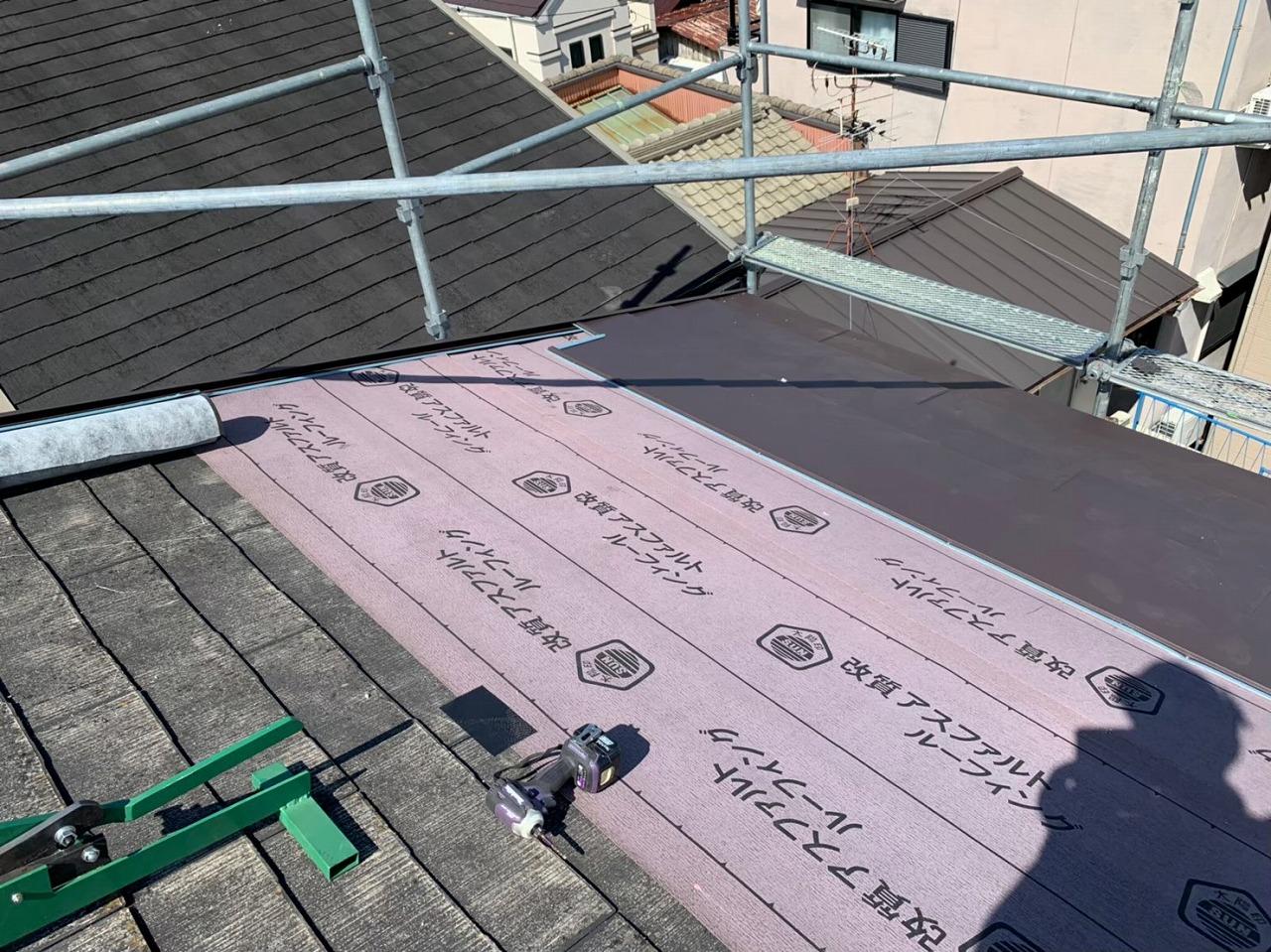 既存の屋根材の上からルーフィング施工