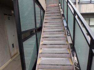 サビが目立つ階段