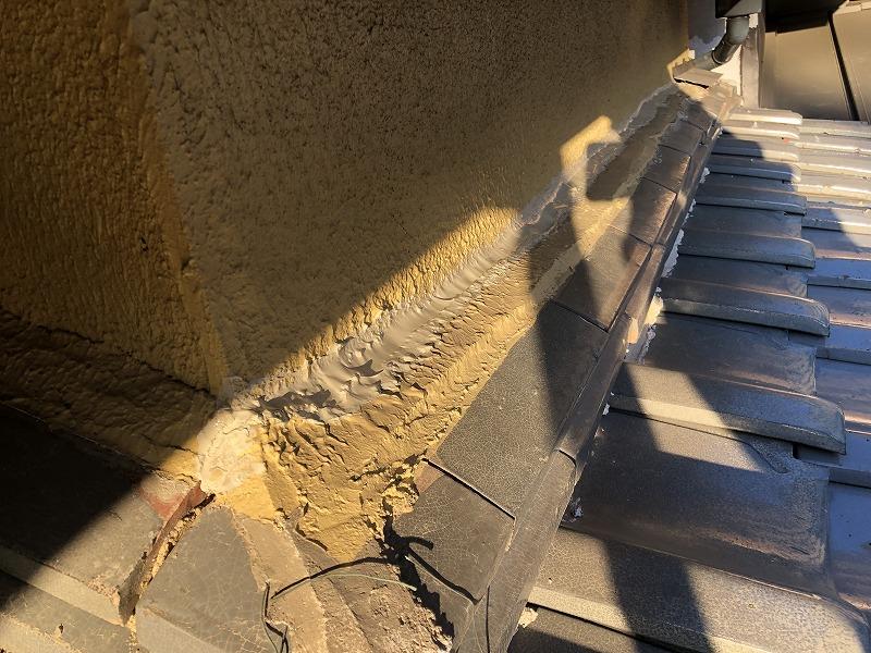 雨漏り箇所の上の庇に隙間 コーキング