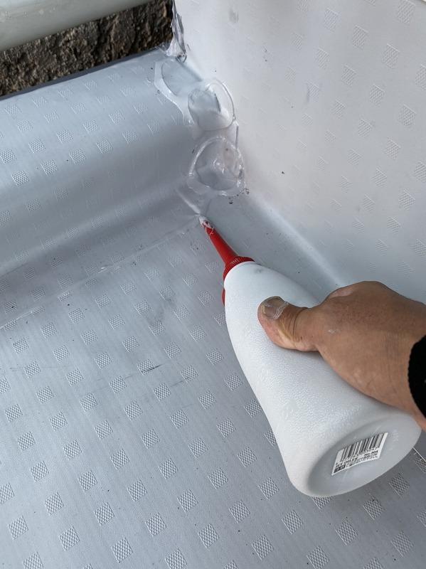 塩ビシートの継ぎ目にシール材を補修
