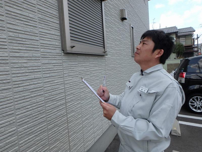 外壁塗装の最終点検の様子