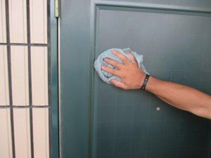 玄関扉拭き