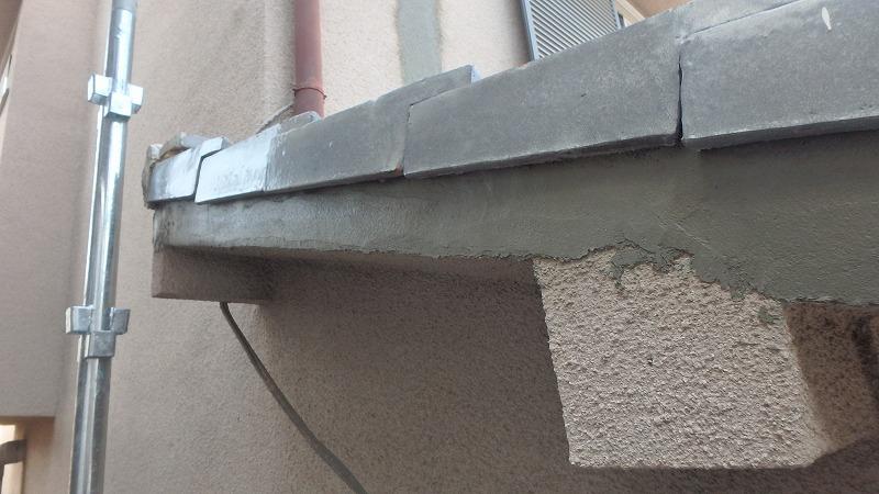 瓦下の隙間をモルタル左官補修