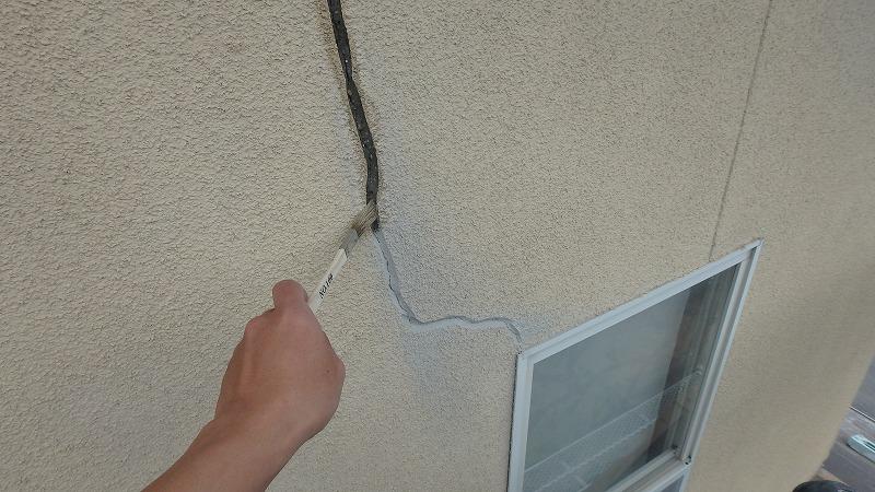 窓枠のひび割れVカット補修