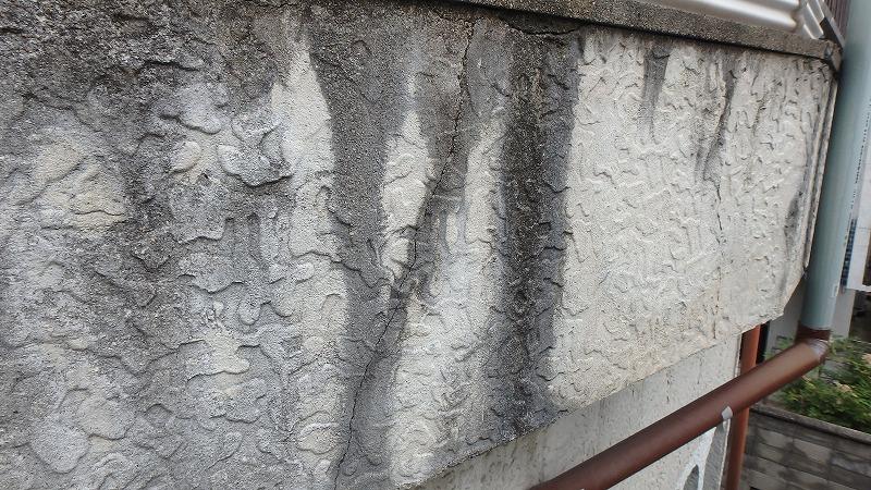 ベランダ外壁のひび割れ