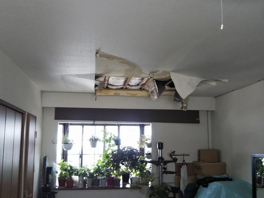 雨漏りで抜けた天井