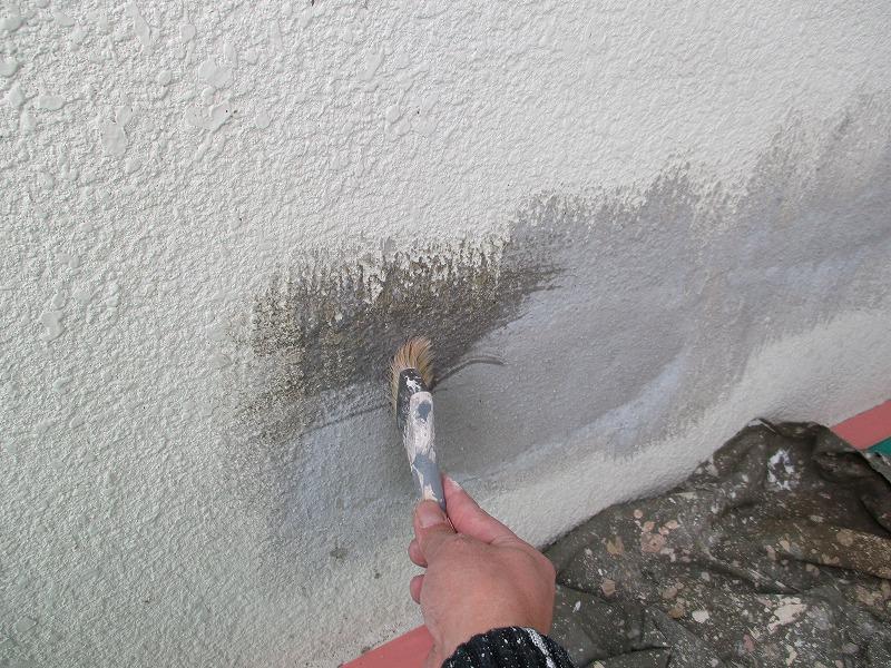 モルタル補修跡にシーラーを塗布