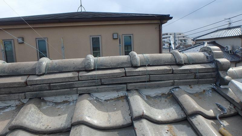屋根に新たな漆喰を詰め替え