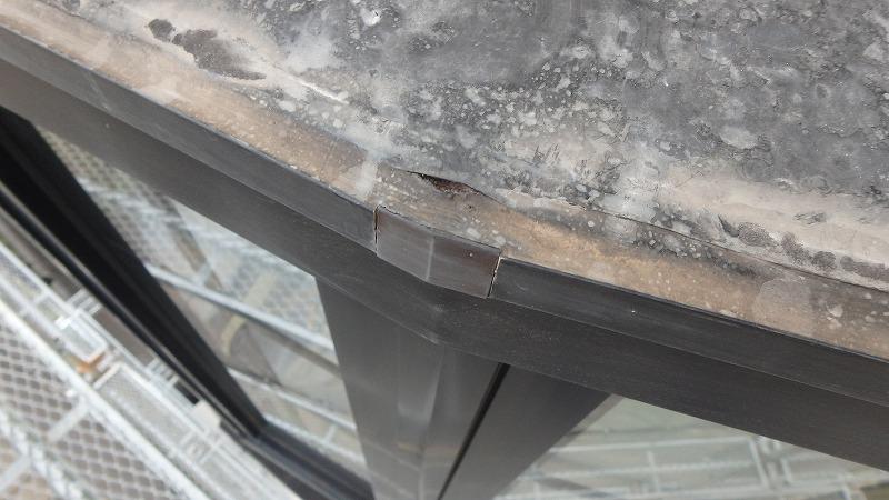 出窓にできた隙間