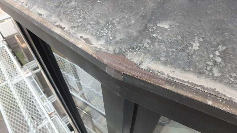 出窓の隙間のコーキング
