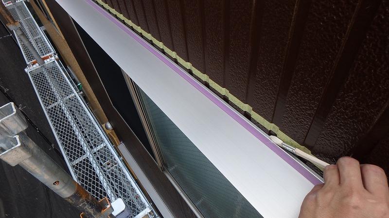 庇と外壁の隙間にプライマー塗布