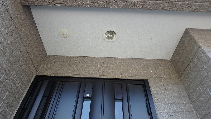 塗装後の玄関の軒天