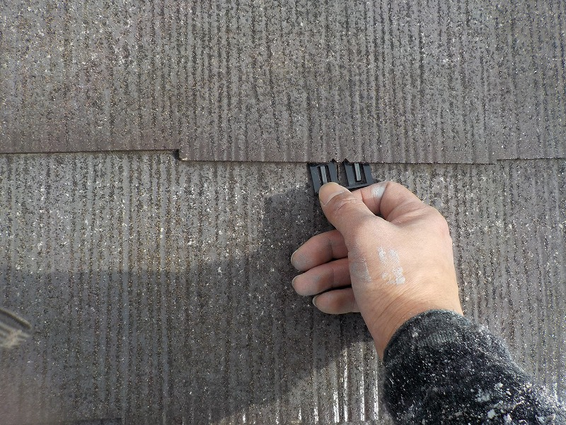 屋根塗装のタスペーサー挿入