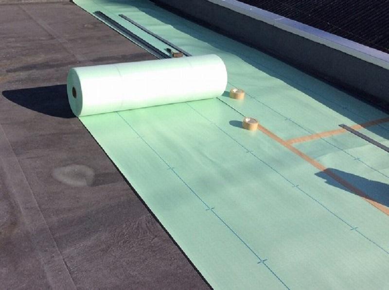 屋上に絶縁シート貼り
