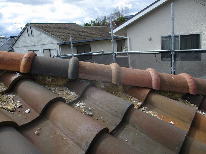劣化して崩れ落ちた屋根の漆喰