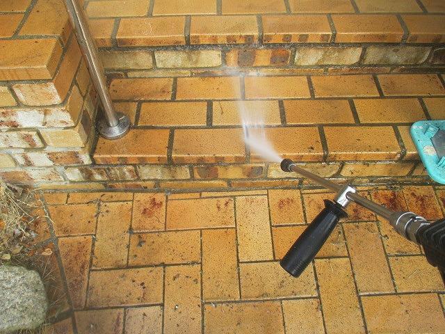 玄関前タイルの高圧洗浄